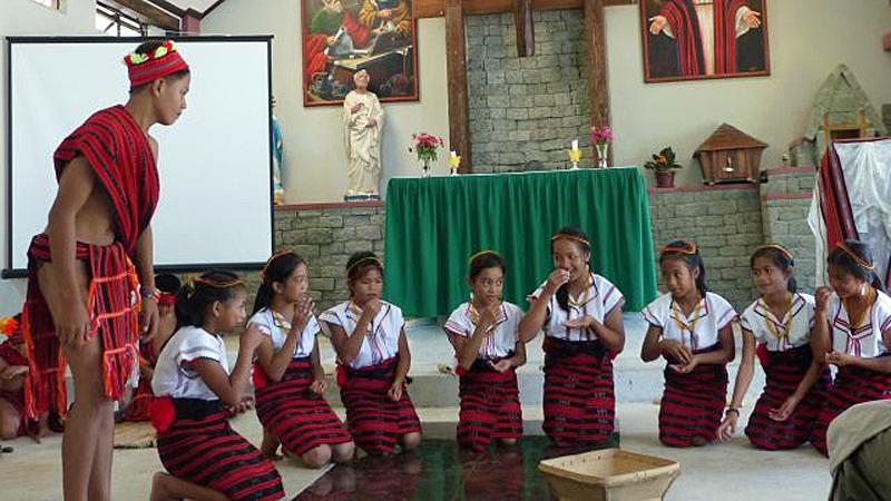 Die Schüler aus der Schule im Ort führen einen Erntetanz in der Kirche auf. © Bistum Speyer