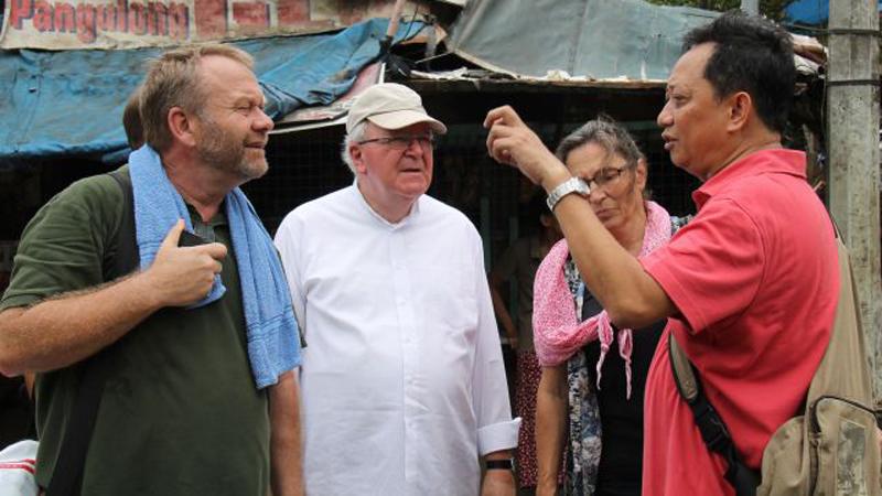 Daniel Pilario (rechts) erklärt Gabriele Heinz, Weihbischof Geogens (Mitte) und Michael Krischer von Missio, wie in Payatas gearbeitet wird. © Bistum Speyer