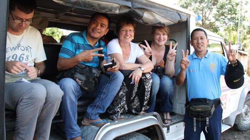 Auf dem Rückweg dürfen Mitglieder der Reisegruppe im Polizeiwagen sitzen, während die bewaffneten Polizisten mit unserem Kleinbus fahren. © Bistum Speyer