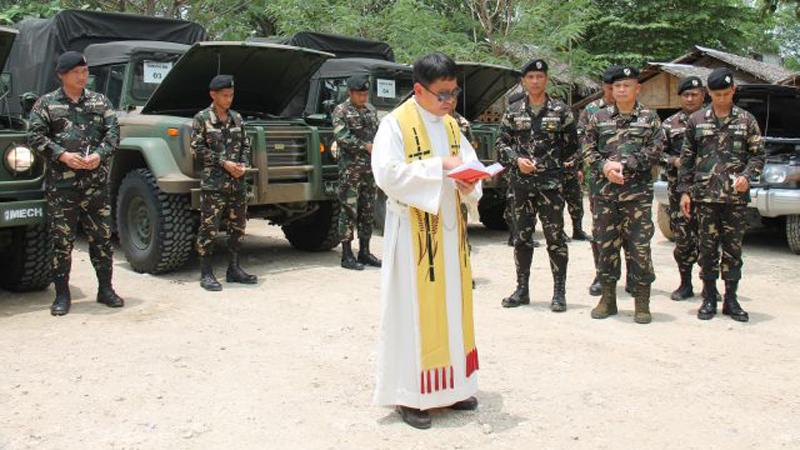Father Vany spricht ein Gebet mit den Soldaten auf Mindanao. © Bistum Speyer