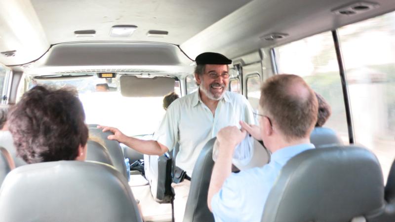 Wie immer brieft uns unser Reiseleiter Dr. José Argüello auf der Busfahrt für den nächsten Programmpunkt. © Bistum Speyer