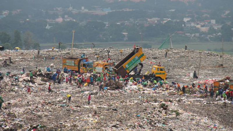 Auf der Müllkippe: Die Trucks bringen den Nachschub für die Müllsortierer. © Bistum Speyer