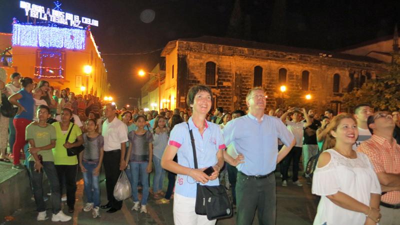 In Leon bewundern wir mit vielen anderen Besuchern das Feuerwerk auf dem Platz vor der Kathedrale. © Bistum Speyer