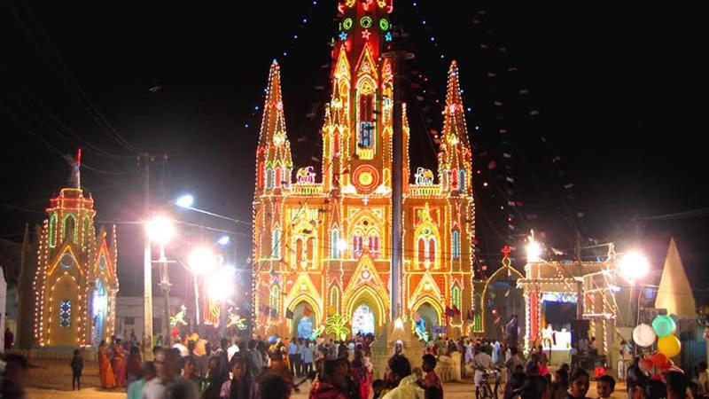 Eine weihnachtlich erleuchtete Kirche in Indien